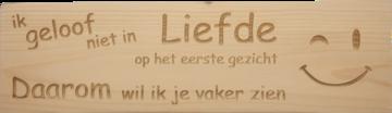 CutterTeam: Massief houten Tekst Bord: Ik geloof niet in liefde op het eerste gezicht daarom wil ik je vaker zien (Smiley)