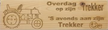 CutterTeam: Massief houten Tekst Bord: Overdag op zijn trekker 'S avonds aan z'n trekker (Traktor Smiley)