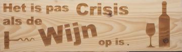 CutterTeam: Massief houten Tekst Bord: Het is pas Crisis als de Wijn op is (Wijnfles en glas) (Kurkentrekker)