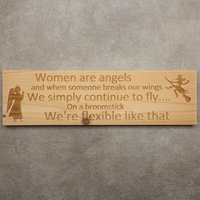 CutterTeam: Massief houten Tekst Bord: Women are angels and when someone breaks our wings we simply continue to fly on a broomstick we'r flexible like that