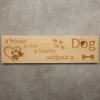 CutterTeam: Massief houten Tekst Bord: A house is not a home without a dog (Pootjes Hartje Bot)