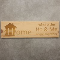 CutterTeam: Massief houten Tekst Bord: Home where the ho and me come together (Huis)